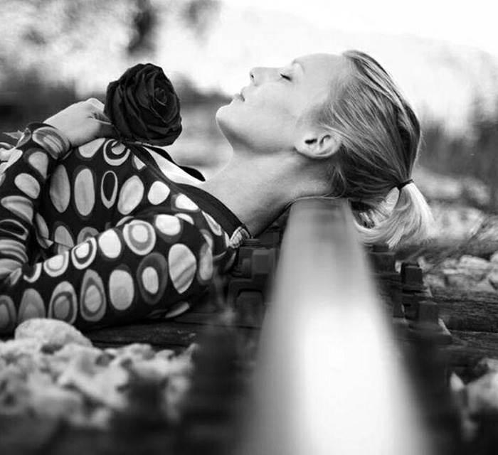 عکس غمگین دختر تنها با زمینه سیاه و سفید